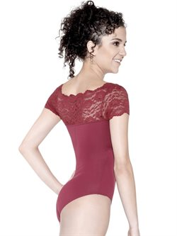 Flot bordeaux body fra So Danca med fin blonde